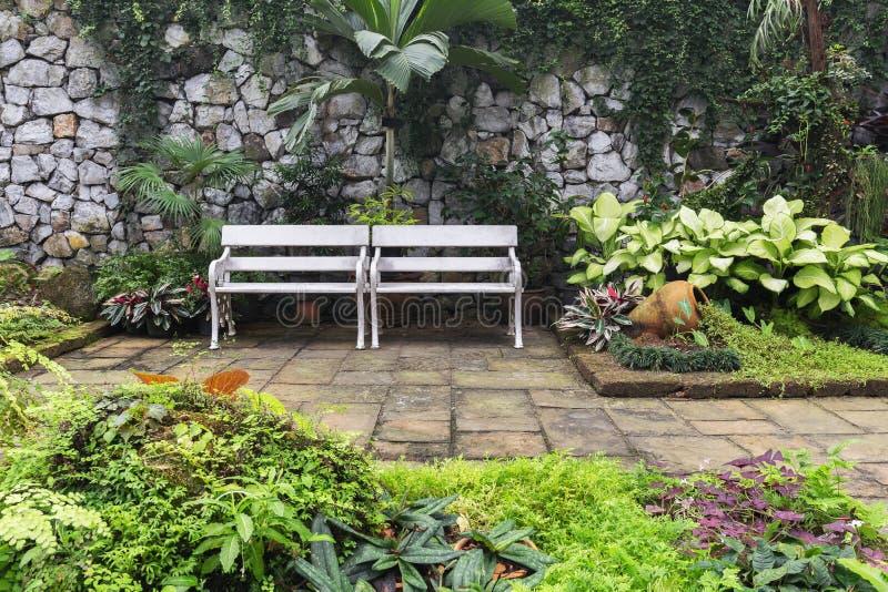 Twee witte banken binnen tuin royalty-vrije stock afbeeldingen