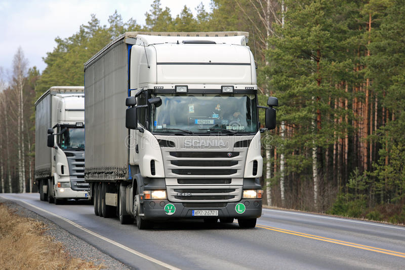 Twee Witte Semi de Aanhangwagenvrachtwagens van Scania R420 op de Weg royalty-vrije stock fotografie