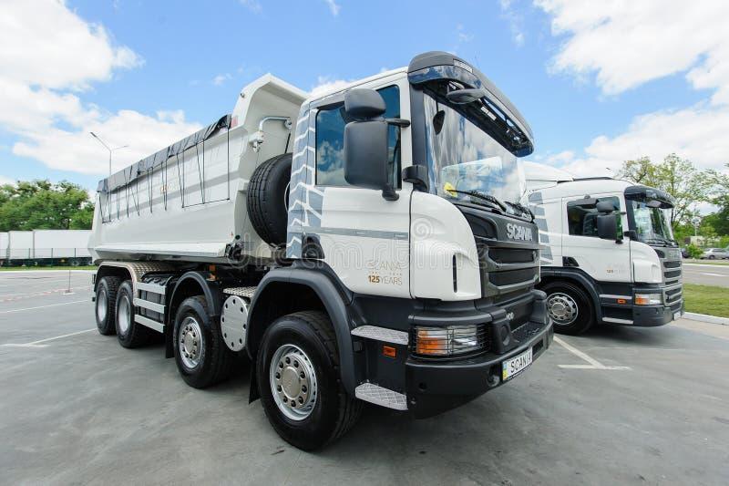 Twee witte vrachtwagen Scania royalty-vrije stock afbeeldingen