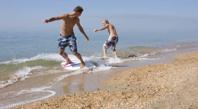 Twee Yong surfer royalty-vrije stock afbeeldingen