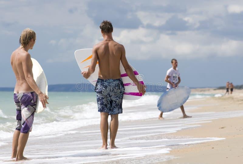 Twee Yong surfer stock foto