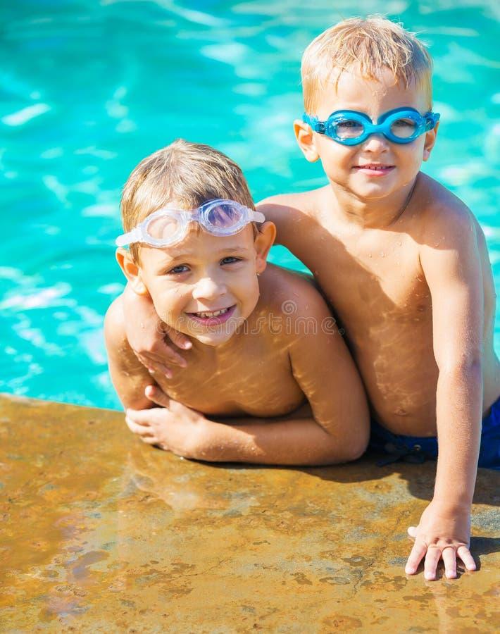 Twee Young Boys die pret hebben bij de Pool stock fotografie