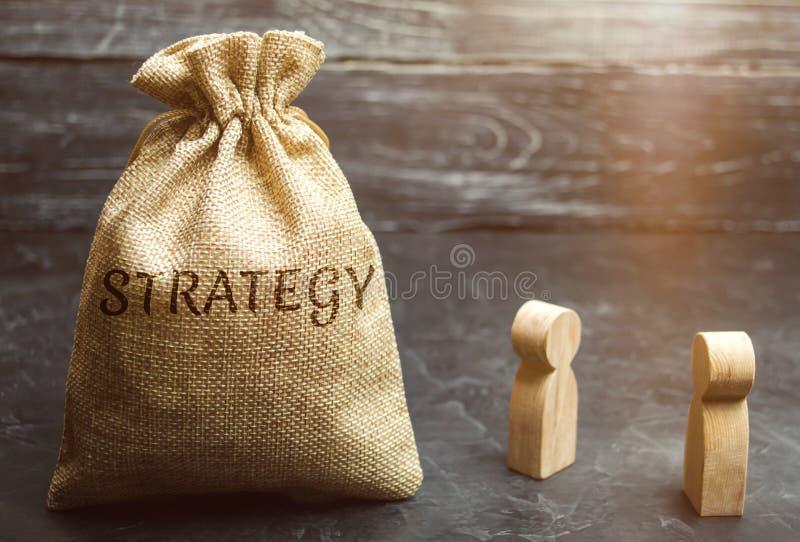 Twee zakenlieden bespreken bedrijfsstrategie De bedrijfsstrategie is een geïntegreerd model van acties die worden ontworpen om te royalty-vrije stock fotografie