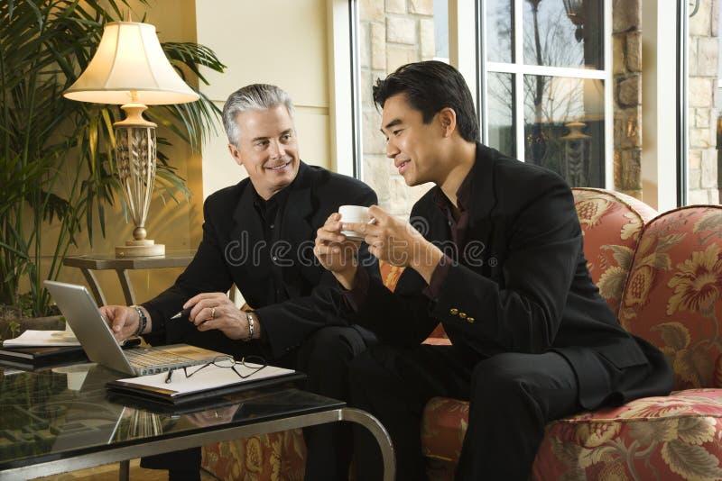 Twee zakenlieden bij hotel. stock foto