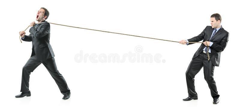 Twee zakenlieden die een kabel trekken stock fotografie