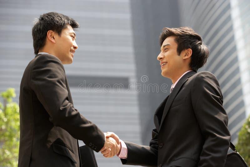 Twee Zakenlieden die Handen buiten Bureau schudden royalty-vrije stock foto