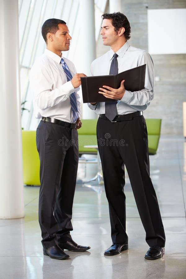 Twee Zakenlieden die Informele Vergadering in Modern Bureau hebben royalty-vrije stock foto's