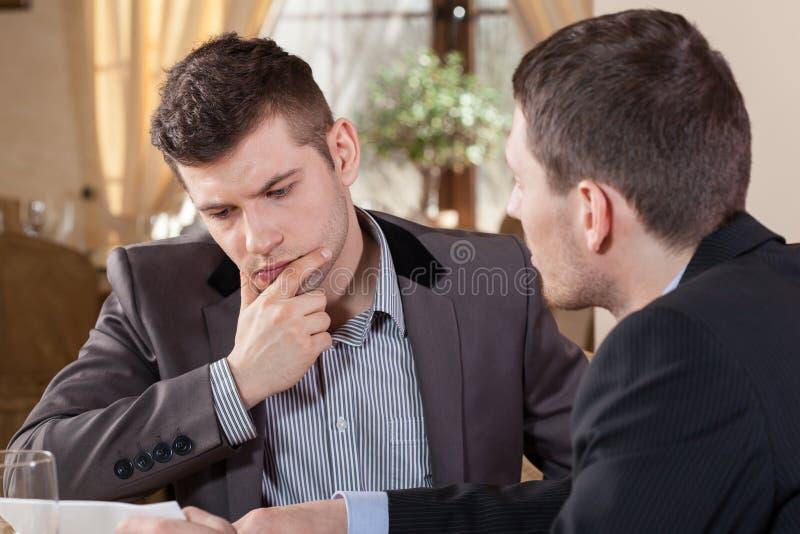 Twee zakenlieden die over een aanbieding spreken royalty-vrije stock afbeeldingen