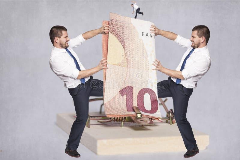 Twee zakenlieden die over geld vechten royalty-vrije stock foto