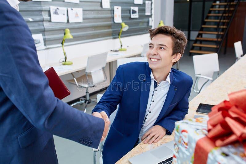 Twee zakenlieden die warm onthaal, vertrouwen, groepswerk, overeenkomst aan elkaar geven Bedrijfs concept royalty-vrije stock afbeeldingen