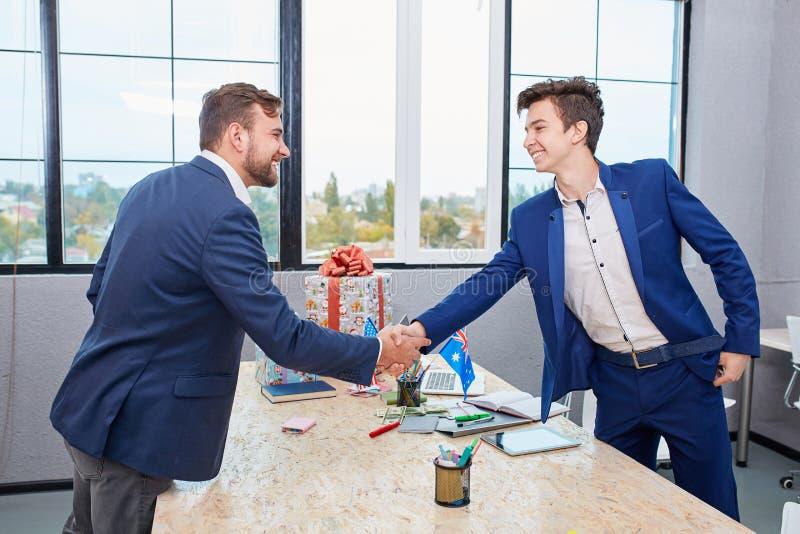 Twee zakenlieden die warm onthaal, vertrouwen, groepswerk, overeenkomst aan elkaar geven Bedrijfs concept stock afbeelding