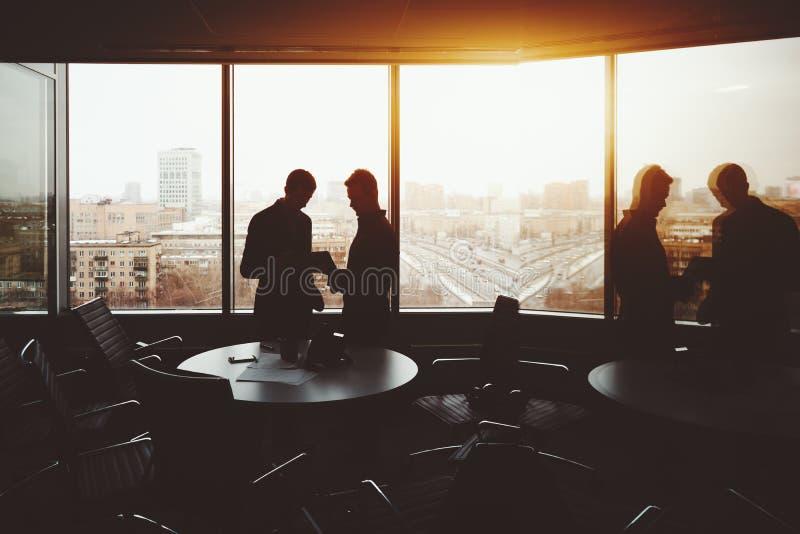Twee zakenlieden na het werkvergadering royalty-vrije stock afbeeldingen