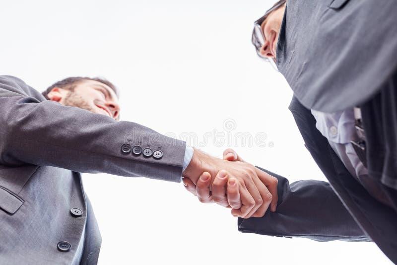 Twee zakenlieden schudden handen royalty-vrije stock afbeeldingen