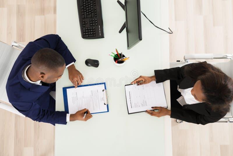 Twee zakenlui die in bureau werken royalty-vrije stock afbeeldingen