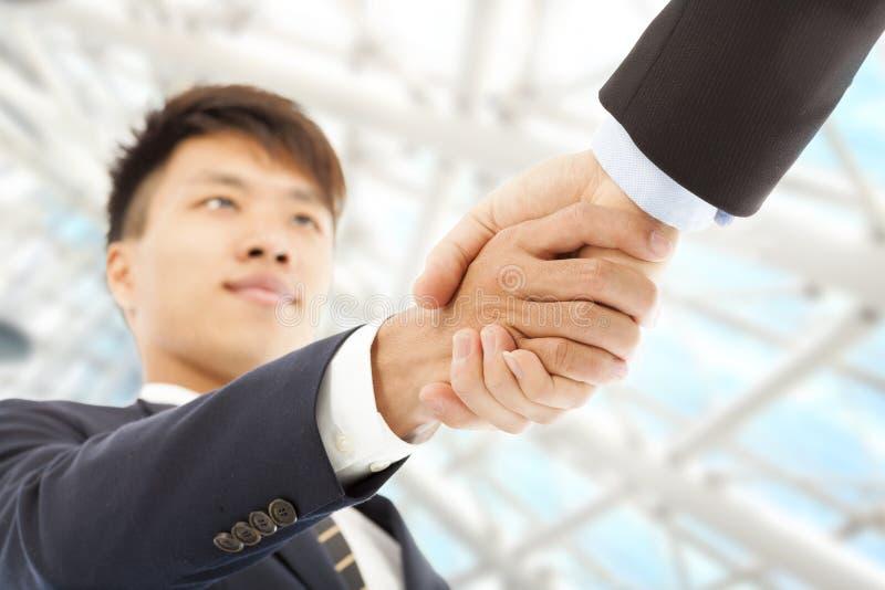 Twee zakenman het schudden handen die elkaar begroeten royalty-vrije stock foto