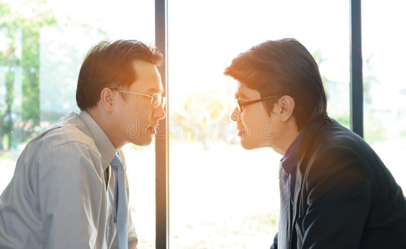 Twee zakenman Staring bij elkaar royalty-vrije stock afbeelding