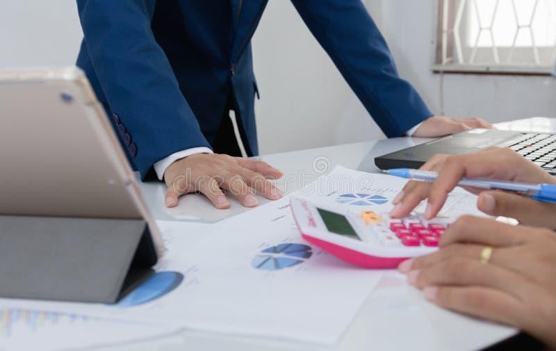 Twee zakenman zekere uitvoerende collega's die en op kantoor samenkomen bespreken stock fotografie