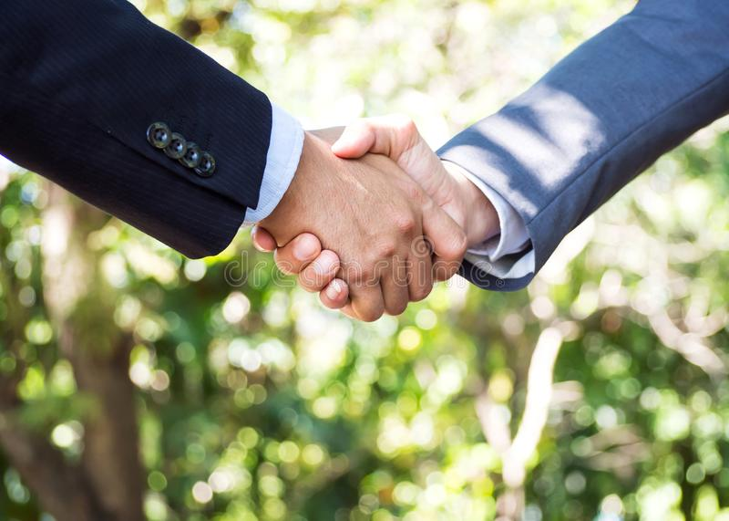 Twee zakenmanhanddruk samen Succesvol teken van Overeenkomst verstand stock afbeeldingen