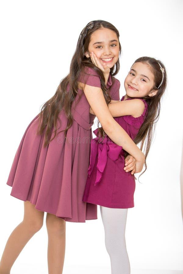 Twee zeer mooie modieuze meisjes royalty-vrije stock afbeelding