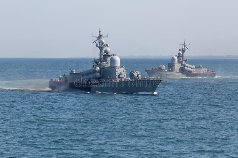 Twee zeeschepen in het overzees royalty-vrije stock foto's
