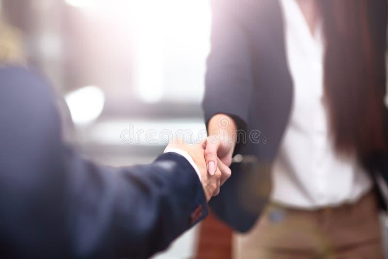 Twee zekere het bedrijfsmens schudden handen tijdens een vergadering in bureau, succes, transactie, groet en partnerconcept