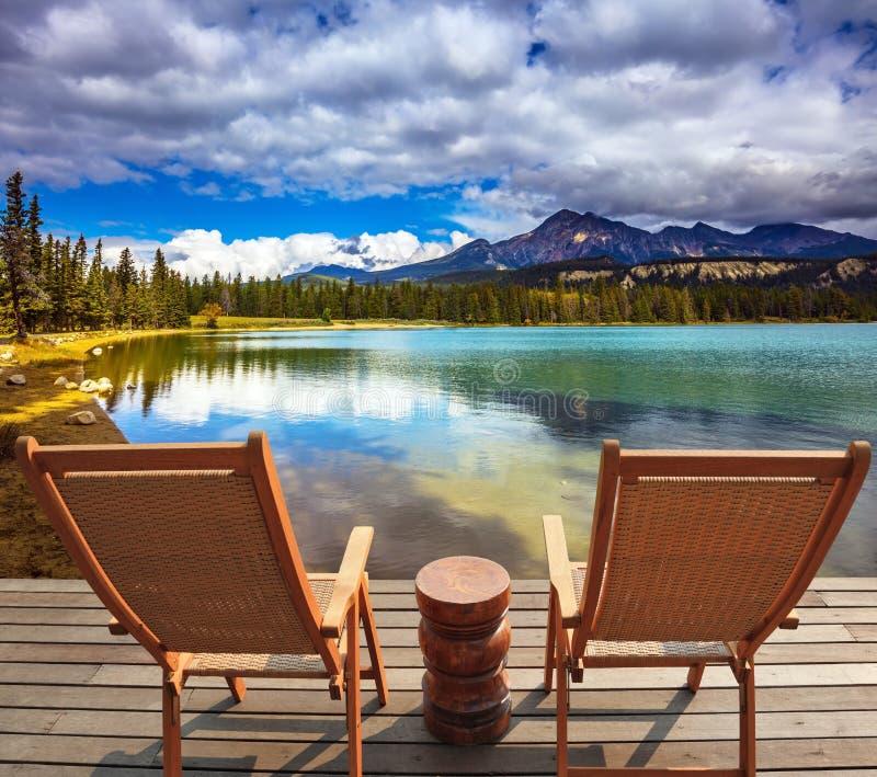 Twee zitkamerstoelen op het meer royalty-vrije stock foto