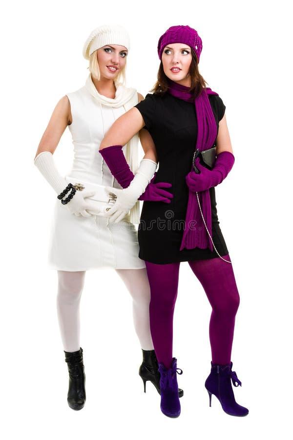 Twee zusters breien binnen wolhoed en vuisthandschoenen royalty-vrije stock afbeeldingen