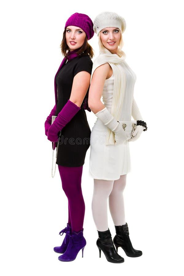 Twee zusters breien binnen wolhoed en vuisthandschoenen royalty-vrije stock fotografie