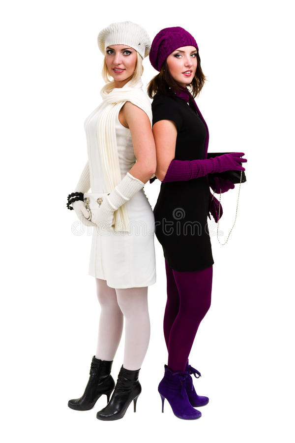 Twee zusters breien binnen wolhoed en vuisthandschoenen royalty-vrije stock afbeelding