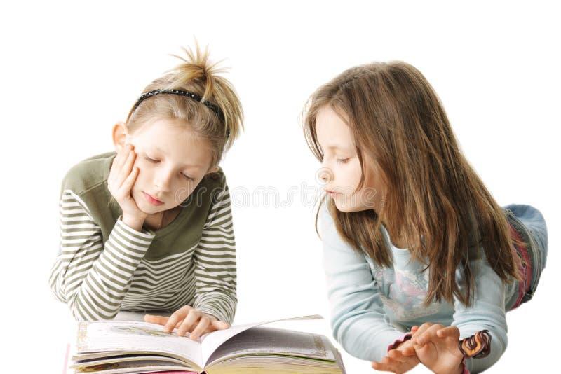 Twee zusters die boek lezen royalty-vrije stock foto