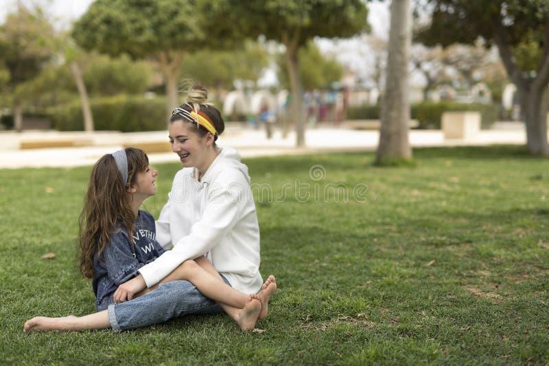 Twee zusters die elkaar bekijken het glimlachen royalty-vrije stock foto
