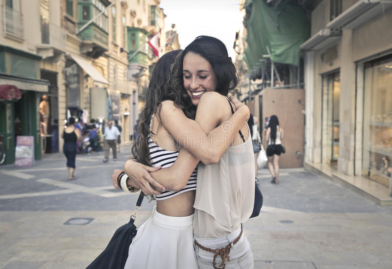 Twee zusters die elkaar koesteren royalty-vrije stock afbeelding