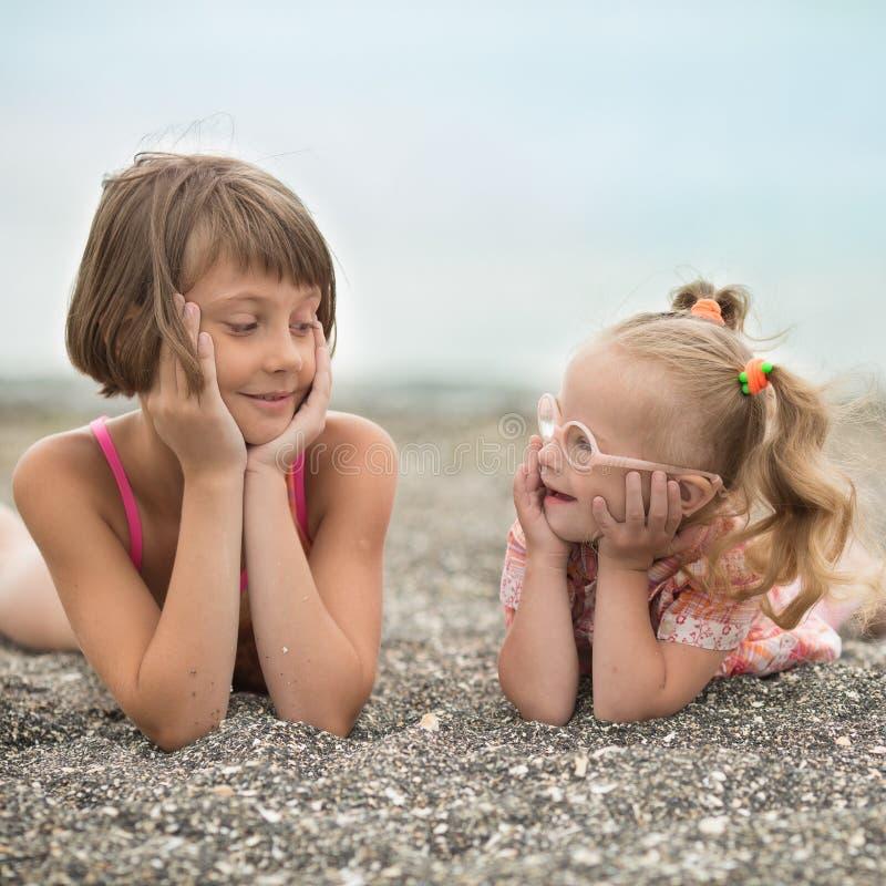 Twee zusters die elkaar met liefde bekijken stock afbeeldingen