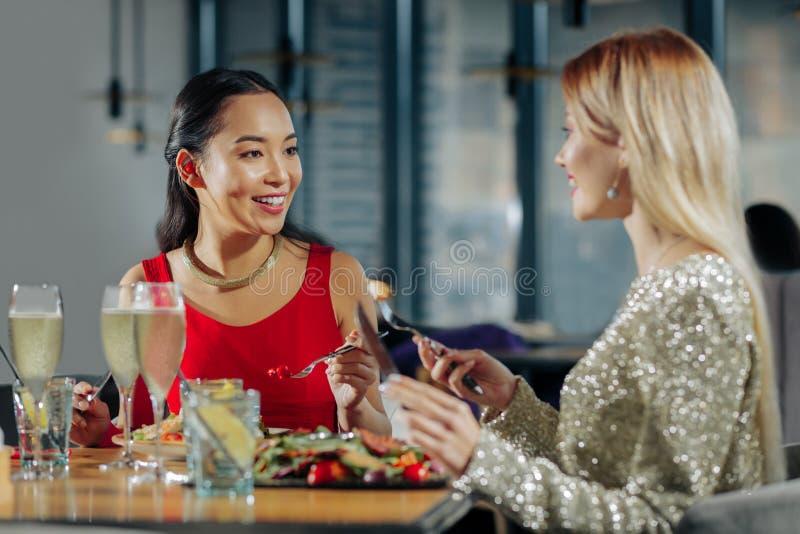 Twee zusters die feestelijk heerlijk diner hebben vóór Kerstmis stock afbeelding