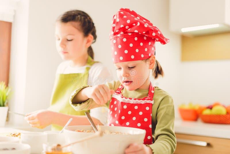 Twee zusters die granola samen voorbereiden royalty-vrije stock foto's