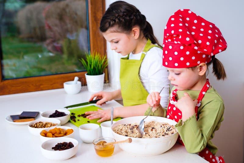 Twee zusters die granola samen voorbereiden royalty-vrije stock fotografie