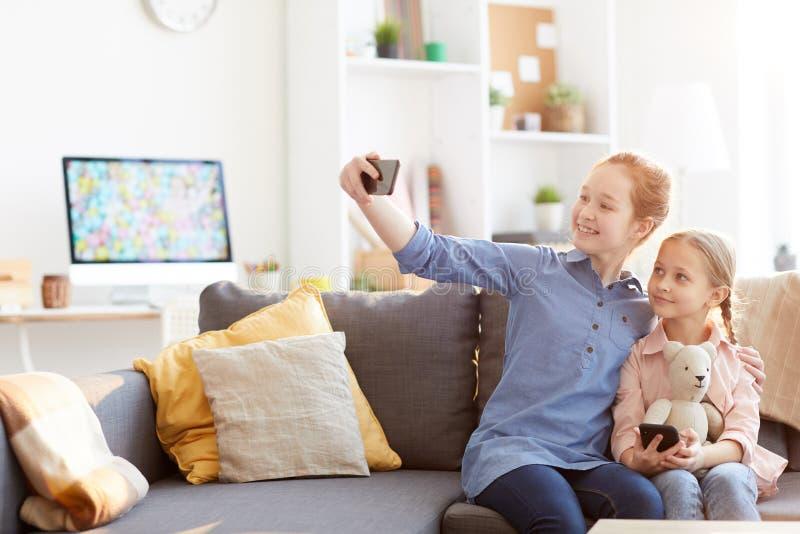 Twee Zusters die Selfie thuis nemen stock foto