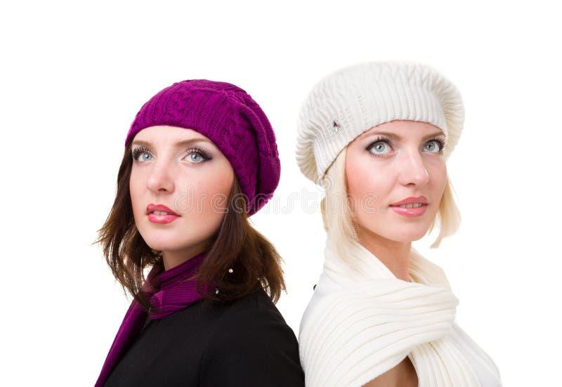 Twee zusters breien binnen wolhoed en vuisthandschoenen stock foto's