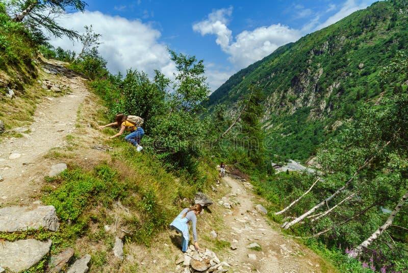 Twee zusters in hoge Alpen, Frankrijk, zonnige dag royalty-vrije stock fotografie