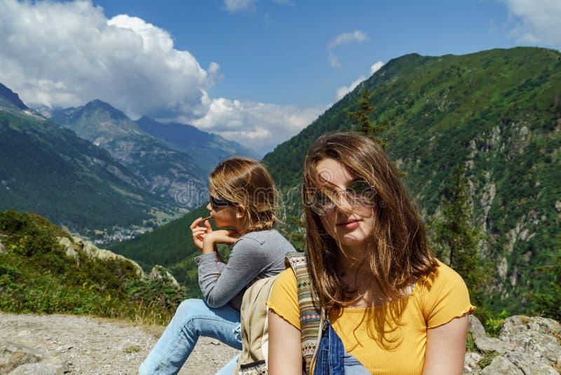 Twee zusters in hoge Alpen, Frankrijk, zonnige dag stock afbeeldingen