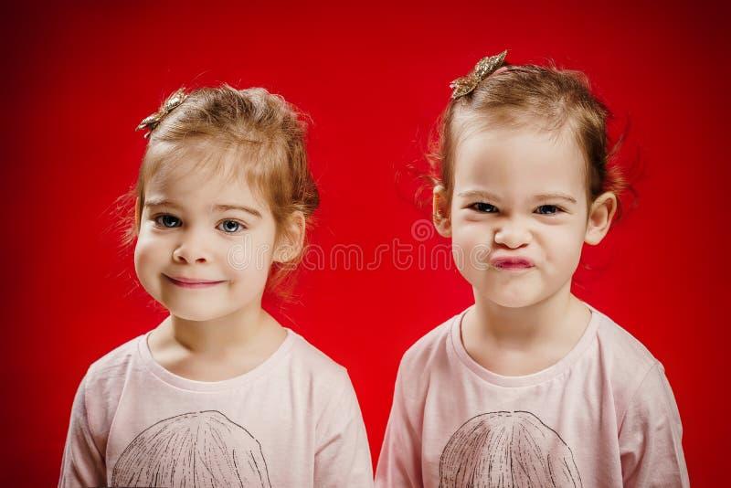 Twee zusters maken grappige gezichten royalty-vrije stock fotografie