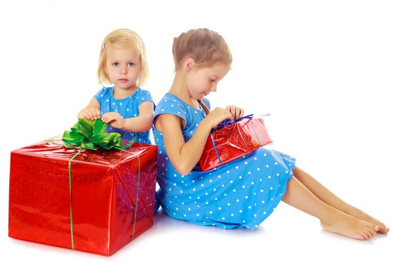 Twee zusters met een gift royalty-vrije stock fotografie