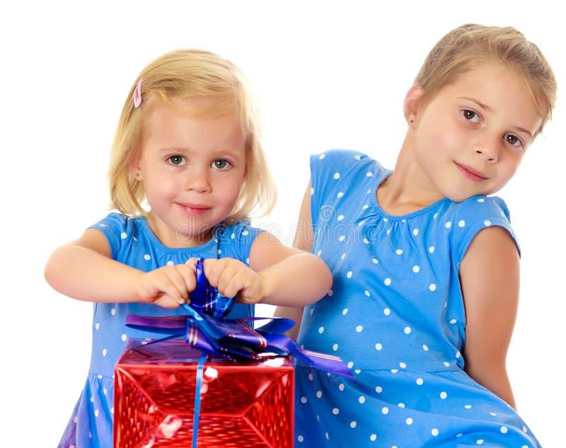 Twee zusters met een gift stock foto