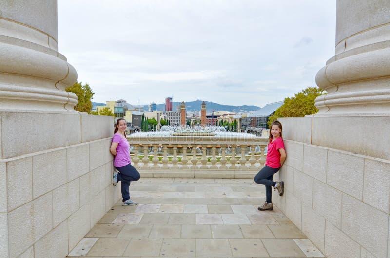 Twee zusters voor de Magische Fontein in Montjuic, Barcelon stock fotografie