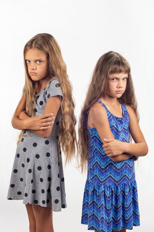 Twee zusters zijn bij vijandschap royalty-vrije stock afbeelding