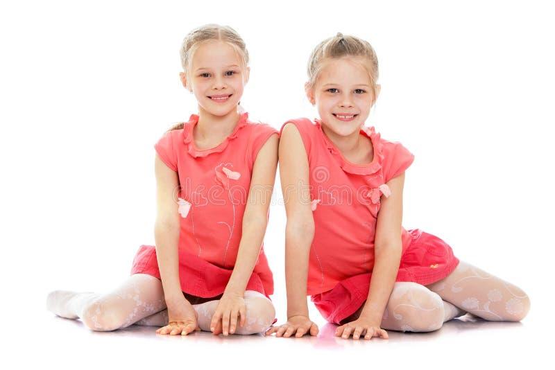 Twee zusters zitten op de vloer royalty-vrije stock foto