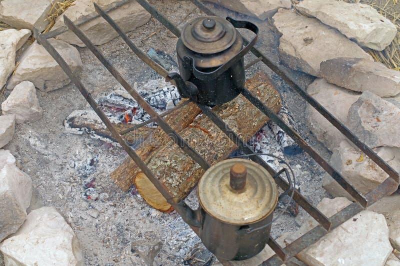 Twee zwarte ketels op de brand stock afbeeldingen