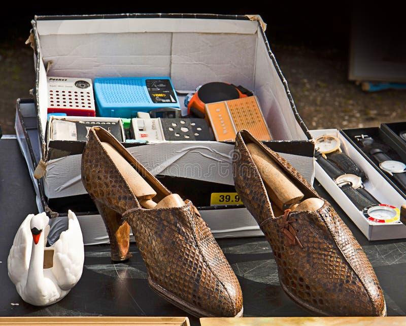 Tweede hand schoes en ander materiaal op vertoning bij vlooienmarkt royalty-vrije stock afbeelding