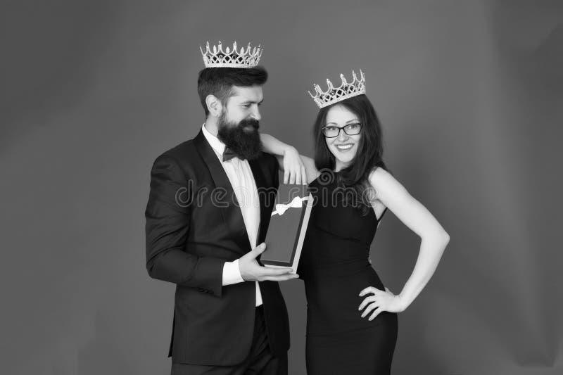 Tweede kerstdag Gebaarde man en gelukkige vrouw in kroon Paar in liefde datum De zaken zien eruit de giftdoos van de verjaardagsp royalty-vrije stock foto's
