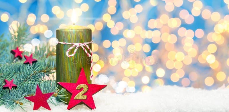 Tweede komst, komstdecoratie, kaars en ster in de sneeuw royalty-vrije stock foto's
